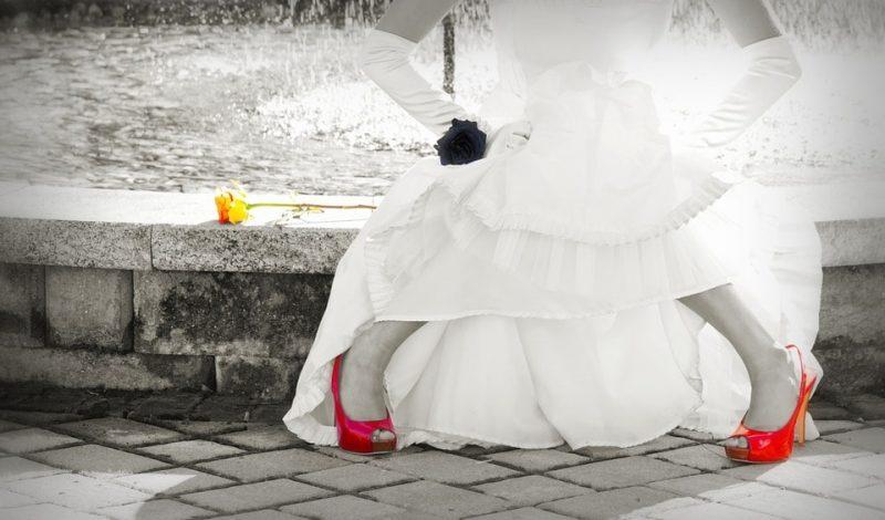 Czerwone dodatki ślubne w outficie? Tak!